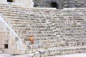 žena v starověký římský amfiteatr — Stock fotografie