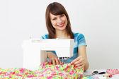 Chica y una máquina de coser — Foto de Stock