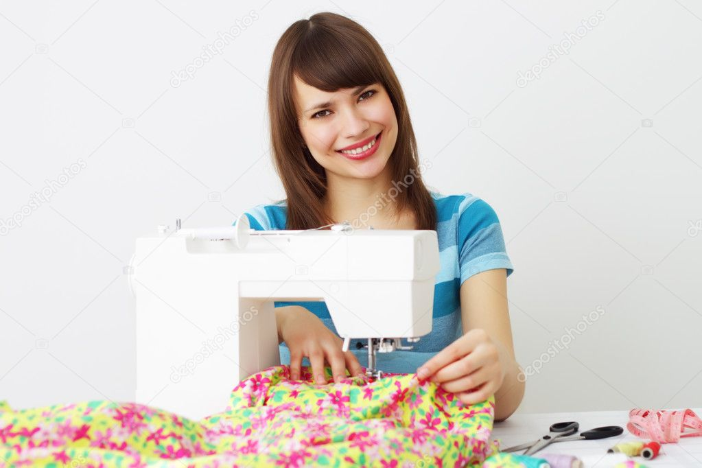 Girl and a sewing machine on a light background — Stok fotoğraf #2708727