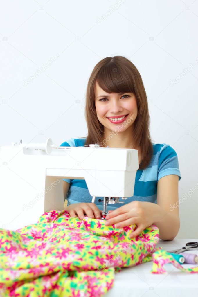 Girl and a sewing machine on a light background — Stock Photo #2798595