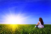 草の上の少女 — ストック写真