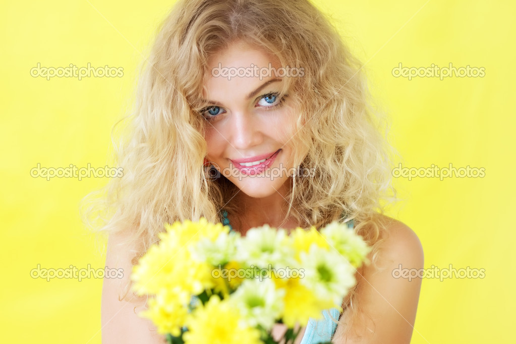 Beautiful girl holding chrysanthemums — Stock Photo #3512088