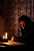 Man sitting by candlelight — Foto de Stock