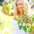 Beautiful girl holding grapes — Stockfoto