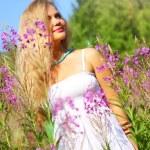 Beautiful girl in nature — Stock Photo