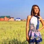 Beautiful girl in a field — Stock Photo #3577258