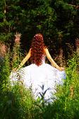 Flicka i vit klänning i skogen — Stockfoto