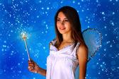 Jeune fille vêtue comme un ange — Photo