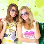 yeşil bir arka plan üzerinde iki çekici kızlar — Stok fotoğraf