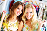 Två vackra flickor ut shopping — Stockfoto