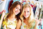 Twee mooie meisjes uit winkelen — Stockfoto