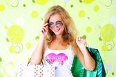 Linda menina com sacos de compras — Fotografia Stock