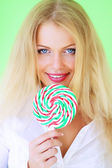 Beautiful girl holding lollipop — Stockfoto