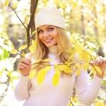 ragazza attraente nella foresta d'autunno — Foto Stock