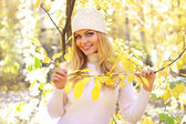 Attractive girl in the autumn forest — Stock Photo
