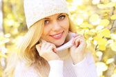 Bir arka planda sonbaharın güzel bir kızın portresi — Stok fotoğraf