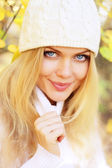 Portrait of a beautiful girl on a background of autumn — Stok fotoğraf