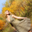 Attractive girl dances in the autumn forest — Stock fotografie
