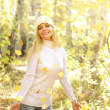 Attractive girl in the autumn forest — Foto de Stock