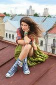 Chica en un techo — Foto de Stock