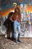 Junges Mädchen und graffiti — Stockfoto