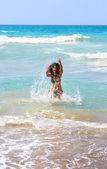 Brunette meisje in de zee — Stockfoto
