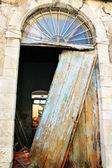 Old broken door — Стоковое фото