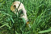 Maski gazowe na trawie — Zdjęcie stockowe