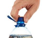 Рука отвинтить пробку на бутылку воды — Стоковое фото