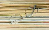 Gläser und stapel zeitschriften — Stockfoto