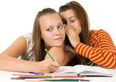 Dos adolescentes chismeando — Foto de Stock