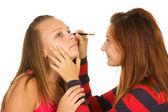 Dos adolescentes teñir sus pestañas — Foto de Stock