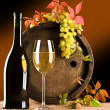 Foto Stock: Still life of wine barrel glass grape