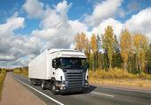 Vit lastbil på hösten land highway — Stockfoto