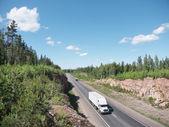 Weiße lkw und felsige landschaft — Stockfoto