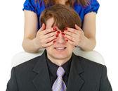 Mulher fechados ao homem do olho por meio de mãos — Fotografia Stock