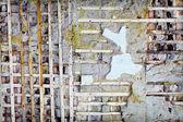 Tavole di legno nel muro di cemento vecchio danneggiato — Foto Stock