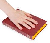 рука человека, читая клятву на книге — Стоковое фото