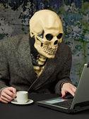 Terrible person - skeleton uses Internet — Stock Photo