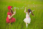 Mum and daughter starting up soap bubbles — Stock Photo