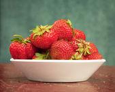 テーブルの上皿にイチゴの熟した果実 — ストック写真