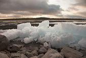 Ijs watervalen op oever van lake — Stockfoto