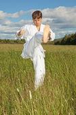 Junger Mann im weißen Kimono Züge zu Fuß schlagen — Stockfoto