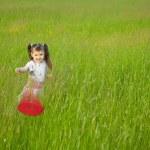 Little girl starts a flying disk — Stock Photo