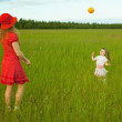 Mum and daughter play with a ball — Stock Photo