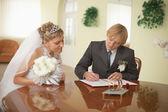 Bräutigam und braut - registrierung der ehe — Stockfoto