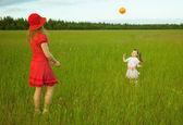 Mamma och dotter leka med en boll — Stockfoto