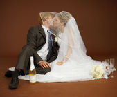 Bride and groom kissing — Stock Photo