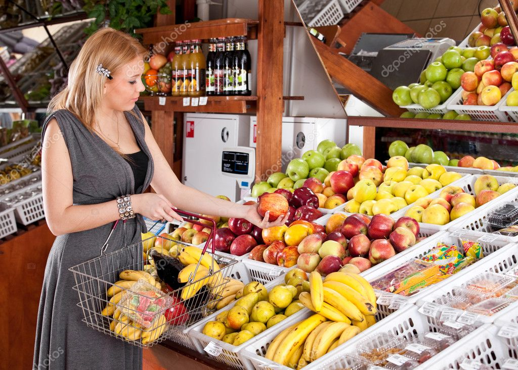 Woman grocery shopping in supermarket — Stock Photo #2887029