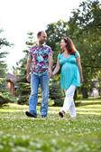 L'heureux couple, ayant rejoint les mains marche dans le parc — Photo